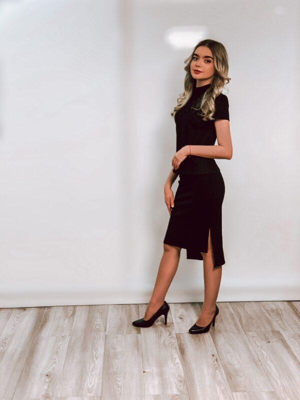 Juodas sijonas su skeltukais