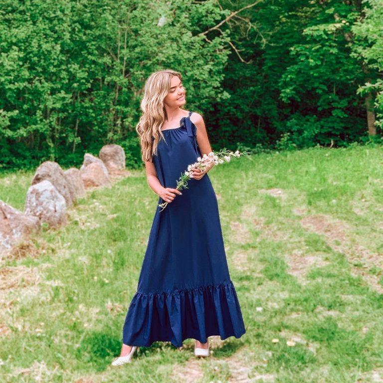 Ilga suknelė su kaspinais, tamsiai mėlyna