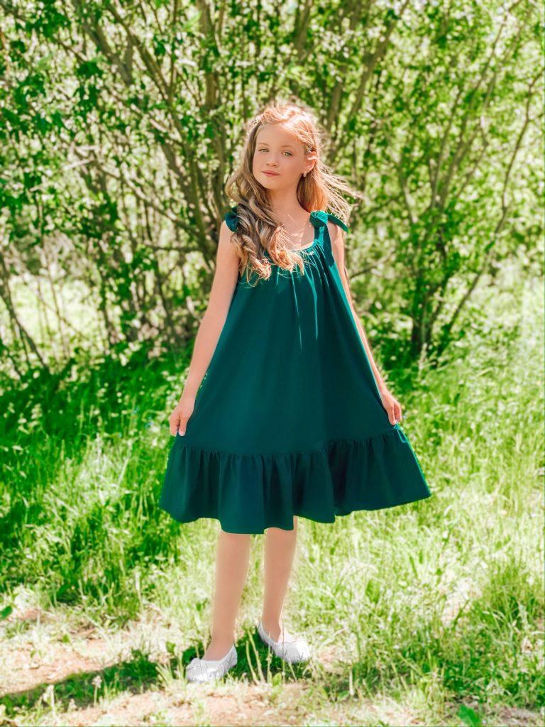 Ilga suknelė su kaspinais, smaragdinė