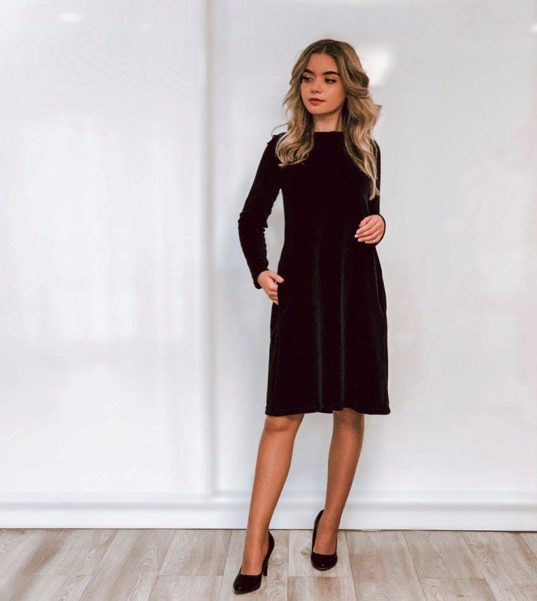 Veliūrinė suknelė su kloste nugaroje